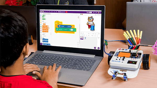 Student Programing Robot in Pictoblox